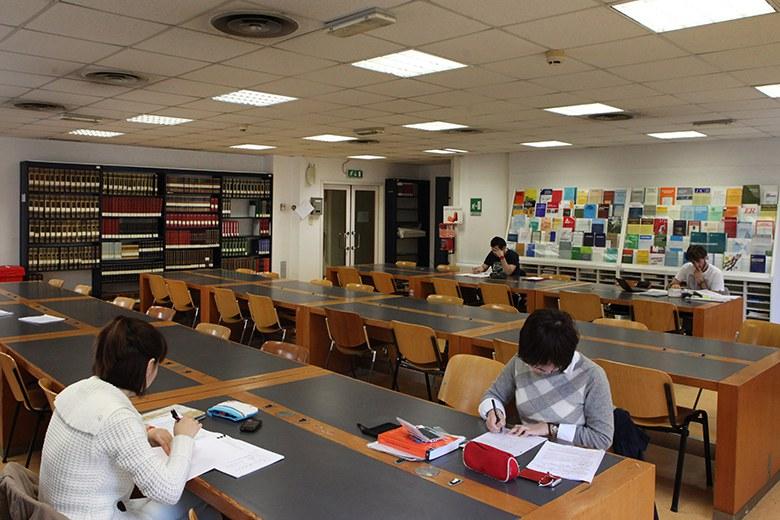 Studenti nella biblioteca